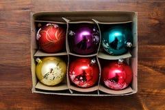 Doos met heldere Kerstmisballen Royalty-vrije Stock Fotografie