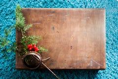 Doos met houten textuur en spar op pluizige blauwe tapijtachtergrond De hoogste ruimte van het meningsexemplaar Royalty-vrije Stock Fotografie