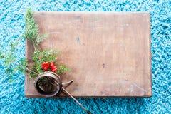 Doos met houten textuur en spar op pluizige blauwe tapijtachtergrond De hoogste ruimte van het meningsexemplaar Stock Afbeeldingen