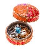 Doos met juwelen die op wit worden geïsoleerde royalty-vrije stock afbeelding