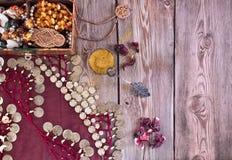 Doos met juwelen en een traditioneel oosters kostuum Royalty-vrije Stock Foto's