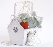 Doos met Kerstmisdecoratie Stock Foto
