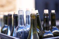 Doos met lege wijnflessen in defocus, concept dronkenschap stock foto's