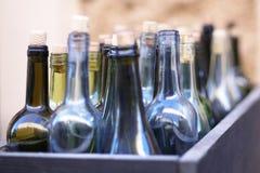 Doos met lege wijnflessen in defocus, concept dronkenschap royalty-vrije stock foto