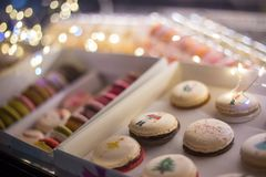 Doos met macarons royalty-vrije stock afbeeldingen