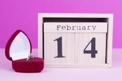 Doos met ring en houten kalender Royalty-vrije Stock Afbeeldingen