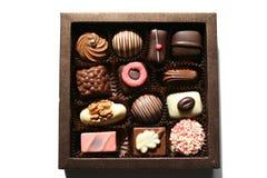Doos met schitterende chocolade Stock Foto's
