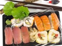 Doos met verschillende Sushi en Wasabi voor Meeneem stock afbeelding