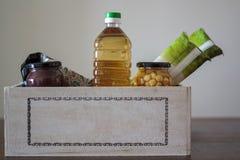 Doos met voedsel voor schenking stock afbeeldingen