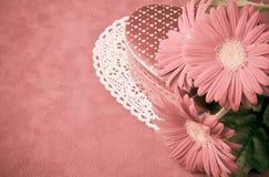 Doos van chocolade en bloemen voor Valentijnskaartendag. Stock Foto