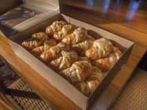 Doos van croissants Stock Afbeelding