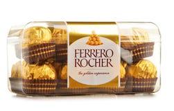 Doos van de chocoladesnoepjes van Ferrero Rocher op wit worden geïsoleerd dat Stock Foto