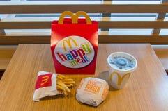 Doos van de Mcdonalds de gelukkige maaltijd met Coca-Cola, frieten en cheeseburger stock foto's