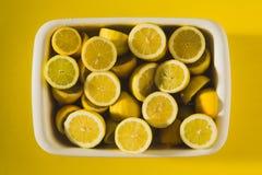 Doos van gele citroenen stock foto