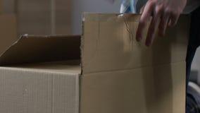 Doos van het mensen de uitpakkende karton, die orde van online opslag, de leveringsdienst controleren stock video