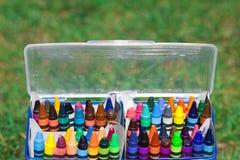 Doos van kleurpotloden Stock Afbeeldingen