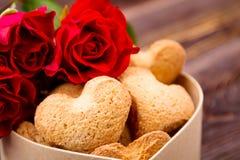 Doos van koekjes dichtbij rozen royalty-vrije stock fotografie
