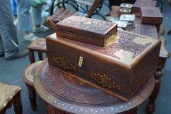 Doos van mahonie met Indische ornamenten wordt gemaakt dat stock afbeelding
