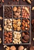 Doos van noten stock afbeeldingen