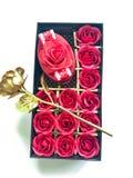Doos van rozen en gift voor valentijnskaartendag royalty-vrije stock afbeelding