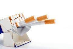 Doos van sigaretten over wit Stock Afbeeldingen