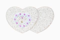 Doos van valentijnskaartharten en de decoratie van rozenbloemen op isolate Stock Afbeeldingen