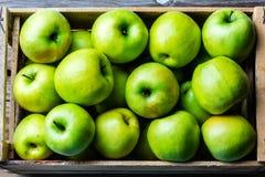 Doos van verse groene appelen Het concept van de oogst De herfst verlaat grens met diverse groenten op witte achtergrond Hoogste  royalty-vrije stock afbeeldingen