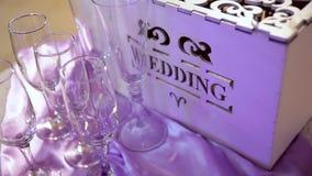Doos voor wensen en geld voor huwelijk stock videobeelden