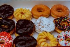 Dooshoogtepunt van doughnuts, dozijn donuts royalty-vrije stock fotografie
