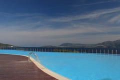 Dopłynięcie luksusowy basen Zdjęcie Royalty Free