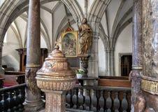 Dop- kyrka av helgonet Vitus, Cesky Krumlov, Tjeckien arkivbilder