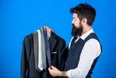 Dopasowywanie krawat z strojem Mężczyzny modnisia chwyta brodaci krawaty i formalny kostium Facet wybiera krawat Doskonalić krawa zdjęcia royalty free