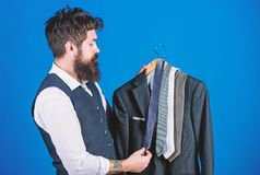 Dopasowywanie krawat z strojem M??czyzny modnisia chwyta brodaci krawaty i formalny kostium Facet wybiera krawat Doskonali? krawa zdjęcia royalty free