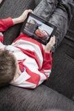 Dopatrywań children film na iPad fotografia royalty free