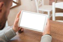 Dopatrywanie film lub czytająca wiadomość na pastylce w horyzontalnej pozyci fotografia stock