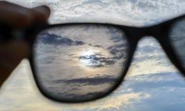 Dopatrywanie przez okularów przeciwsłonecznych zdjęcie royalty free