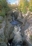 Dopflod som flödar in i Lake Superior, Tettegouche delstatspark på rutt 61, MN Arkivbilder