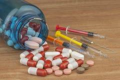 Doping en deporte Abuso de los esteroides anabólicos para los deportes Esteroides anabólicos derramados en una tabla de madera imágenes de archivo libres de regalías