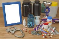 Doping en deporte Abuso de los esteroides anabólicos para los deportes Esteroides anabólicos derramados en una tabla de madera Fotos de archivo