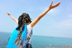 Doping kobiety otwarte ręki przy nadmorski skałą Obrazy Royalty Free
