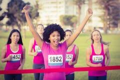 Doping młodej kobiety nowotworu piersi wygrany maraton Fotografia Royalty Free