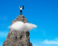 Doping na górze skalistej góry z niebieskim niebem Fotografia Stock