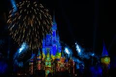 Dopo è fortunatamente mai i fuochi d'artificio spettacolari mostrano al castello di Cenerentola nel regno magico 4 fotografie stock