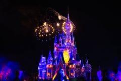 Dopo è fortunatamente mai i fuochi d'artificio spettacolari mostrano al castello di Cenerentola nel regno magico 9 fotografia stock libera da diritti