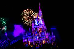 Dopo è fortunatamente mai i fuochi d'artificio spettacolari mostrano al castello di Cenerentola nel regno magico 13 immagine stock