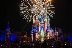Dopo è fortunatamente mai i fuochi d'artificio spettacolari mostrano al castello di Cenerentola nel regno magico 1 immagine stock