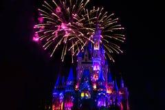 Dopo è fortunatamente mai i fuochi d'artificio spettacolari mostrano al castello di Cenerentola nel regno magico 18 fotografie stock