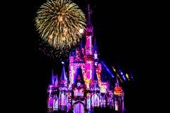 Dopo è fortunatamente mai i fuochi d'artificio spettacolari mostrano al castello di Cenerentola nel regno magico 16 fotografia stock libera da diritti