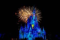 Dopo è fortunatamente mai i fuochi d'artificio spettacolari mostrano al castello di Cenerentola nel regno magico 20 fotografie stock libere da diritti