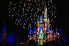 Dopo è fortunatamente mai i fuochi d'artificio spettacolari mostrano al castello di Cenerentola nel regno magico 2 immagini stock